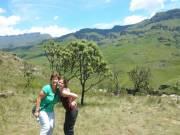 De dames poseren bij een Protea boompje